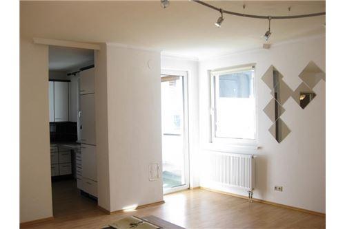 Wohnzimmer mit Ausgang auf Loggia