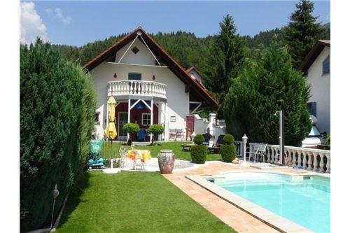 Blick Pool - Haus (2)