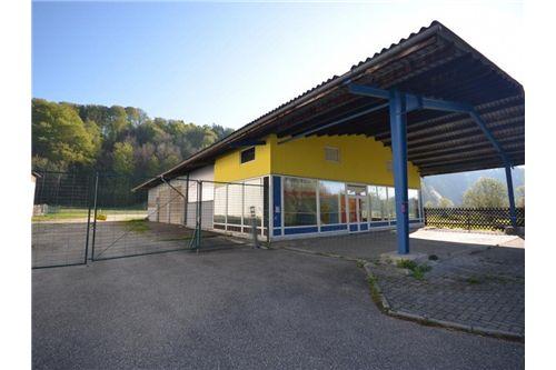 Lagerhalle mit Geschäftsbereich