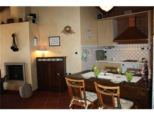 Zona cucina con camino-Küchenbereich mit Kamin