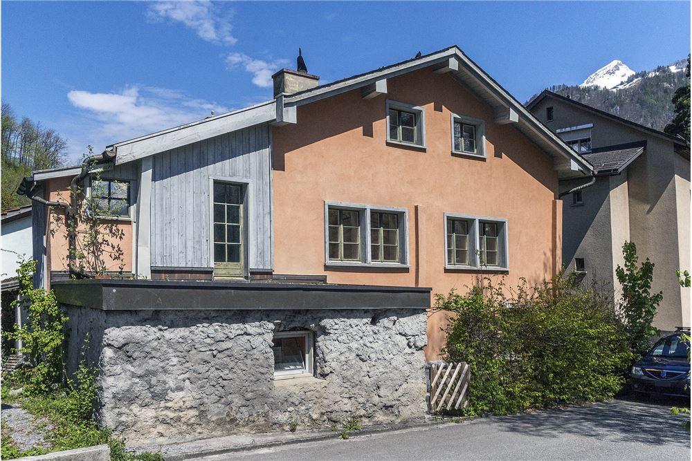 Grosses, renovationsbedürftiges, einseitig angebautes Haus
