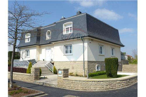RE/MAX Premium, villa à vendre à Dudelange.