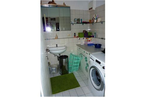 Badezimmer mit Wschmaschinenanschluß