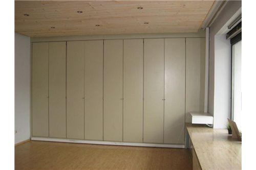 Holzdecke mit LED-Spots, großes Schaufenster