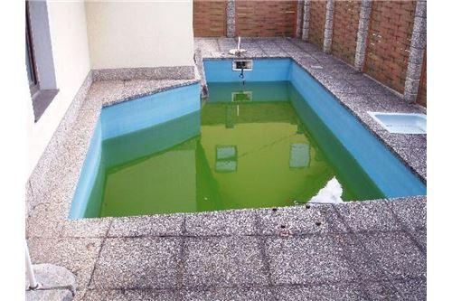 Nebengebäude, Pool