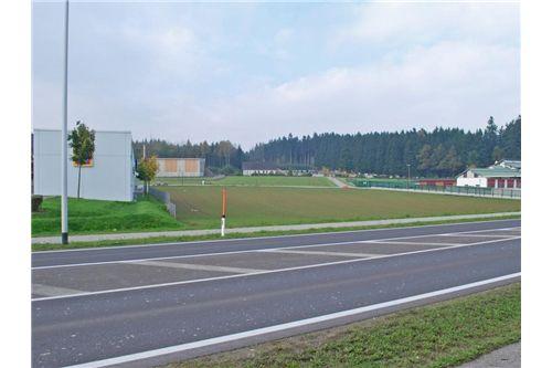 zwischen Hofer und Gemeindebauhof