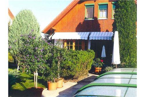 1-REMAX-Siegendorf-Gartenansicht mit Pool