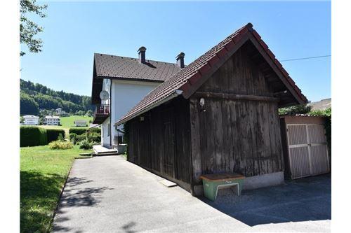 Holzhütte im Eingangsbereich