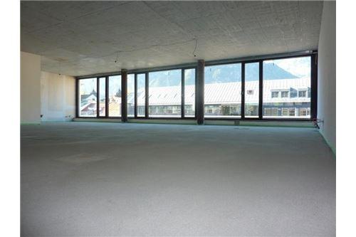 Großraumbüro mit Fensterfront