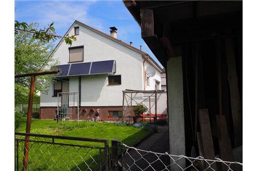 Haus1 mit Solaranlage vom Garten