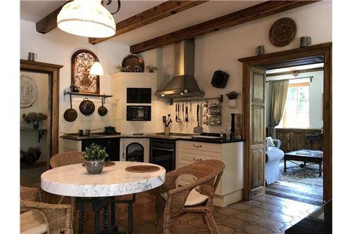 zentrale Wohnküche, komplett ausgestattet