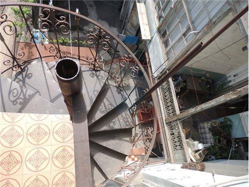 უკანა ეზოში ჩასასვლელი კიბე