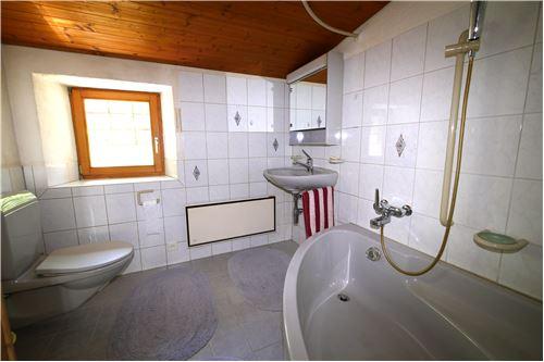 bagno con vasca,WC, lavabo