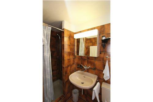 Dusche, WC, Lavabo im 4. OG