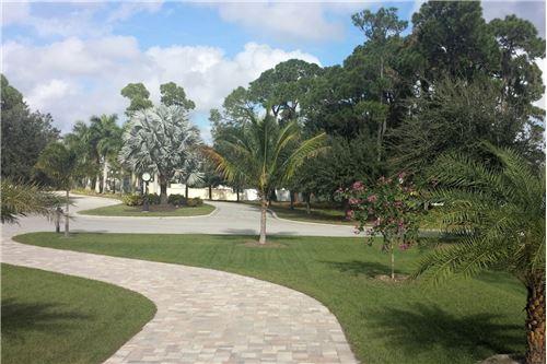 Parkanlage mit schönen Wegen, viel Umschwung und sehr privates Ambiente