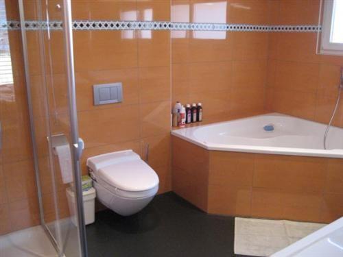 Hauptbad mit Eckwanne und Dusche