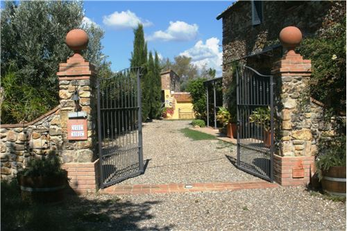 Das private Eingangstor mit zwei markanten Säulen lädt ein, die grosszügige Anlage mit ihren mediterranen Pflanzen und haushohen