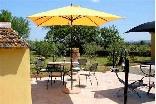 Grosse, sonnige Terrasse mit Plattenboden vor der Casa Loft Oliva
