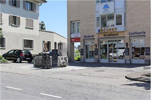 Geschäftshaus mit Parkplätzen