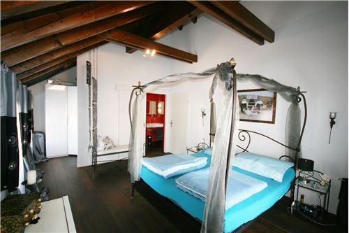 Schlafzimmer mit Zugang zur Nasszelle mit WC, Dusche, Lavabo