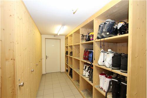 Weitere Räume für Velo, Golfutensilien und Schlitten