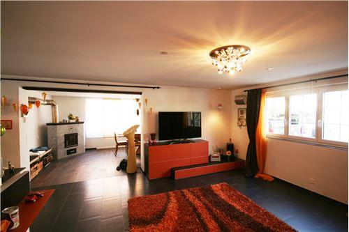 Wohnzimmer mit Blick Richtung Wintergarten