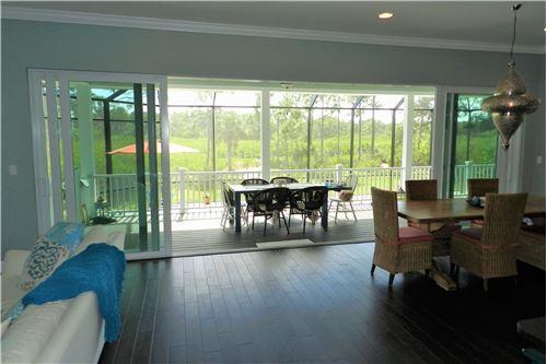 Wohnbereich mit Zugang zur Veranda und zum Pool