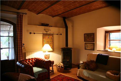 Heimeliger Schwedenhofen im Haupthaus Casa Ricca