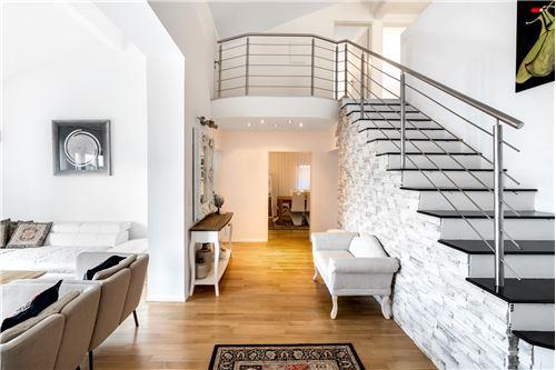 Treppenhaus / Vorzimmer