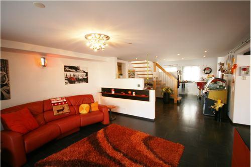Wohnzimmer mit Blick Richtung Aufgang OG und Küche