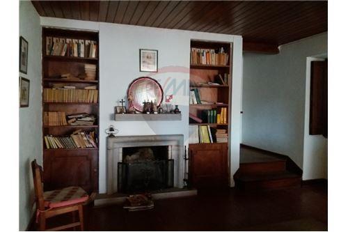Sala de estar e acesso ao primeiro andar