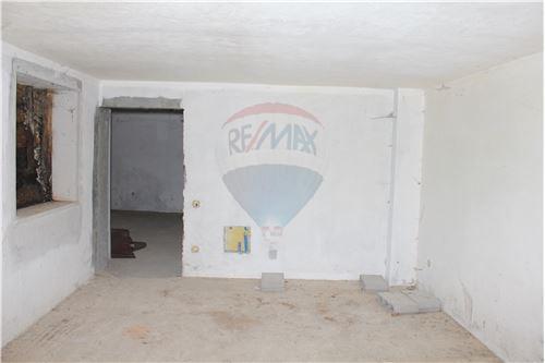 Garagem com acesso ao arrumo.