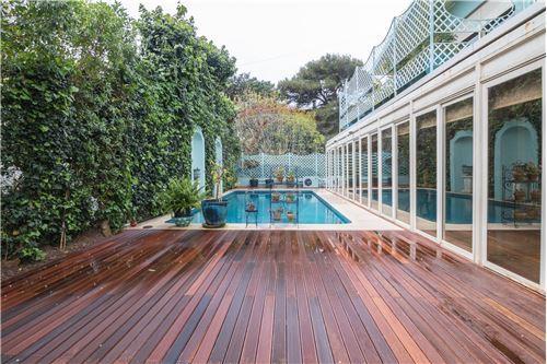 piscina com acesso ao jardim de inverno