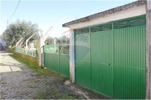 Garagem fechada e acesso direto ao terreno,