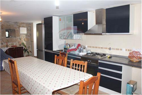 Cozinha mobilada e equipada.