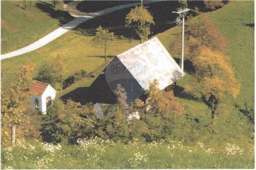 Pogled iz zraka na stavbno zemljišče s kozolcem