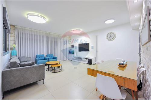 מפוארת דירות למכירה או השכרה באור יהודה, מרכז, רי/מקס KH-38