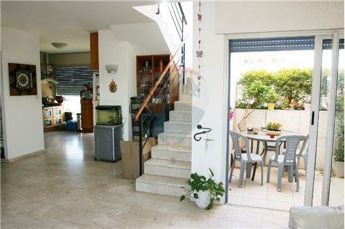 מבט מהסלון למרפסת,מדרגות ומטבח