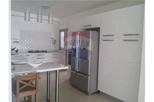 מסודר דירות למכירה או השכרה בצור יצחק, מרכז, רי/מקס NX-68