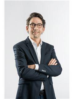 Associate in Training - Thomas Perez de Bustos - RE/MAX Exclusive