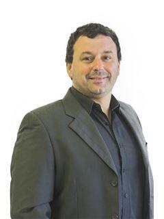 Associate in Training - Andrés Guido - RE/MAX Focus